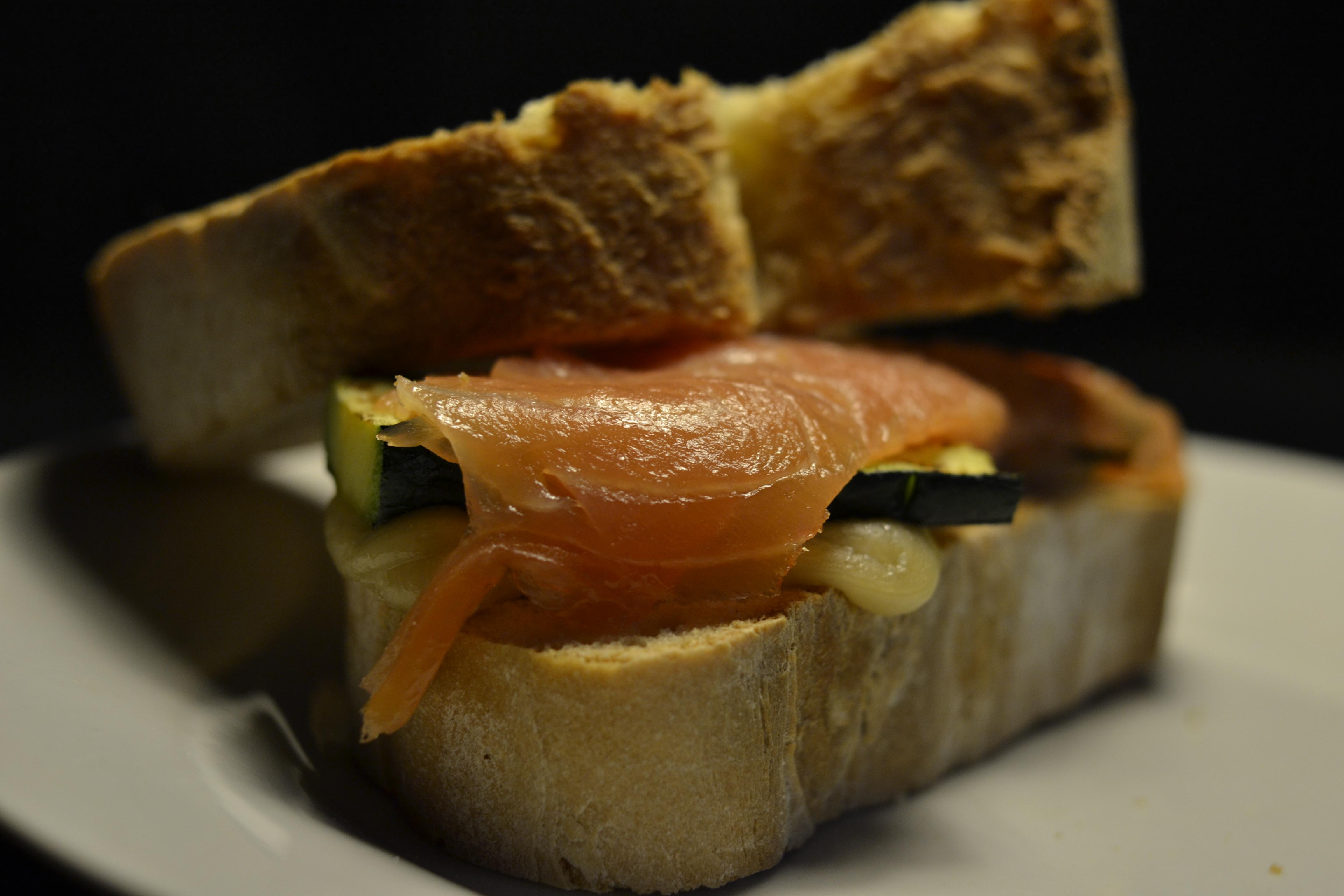 panino al salmone norvegese e fonduta di asiago affumicata al tè