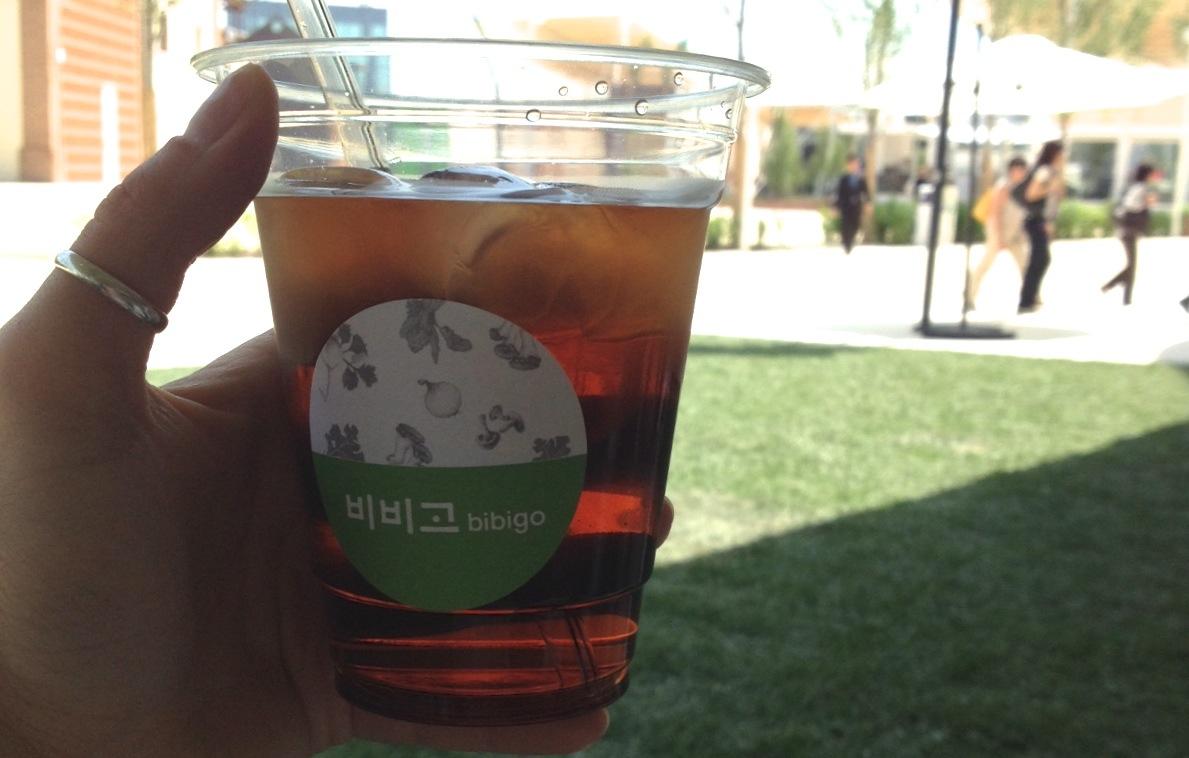 Bere un tè nel padiglione della Corea a Expo