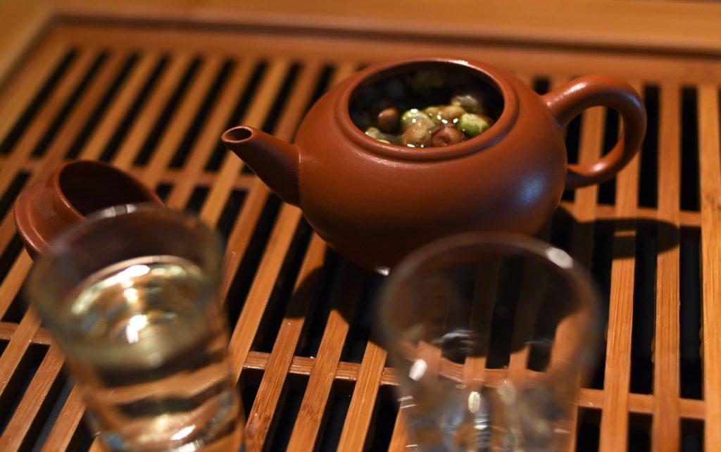 I fiori della pianta del tè essiccati producono un liquore simile al tè bianco