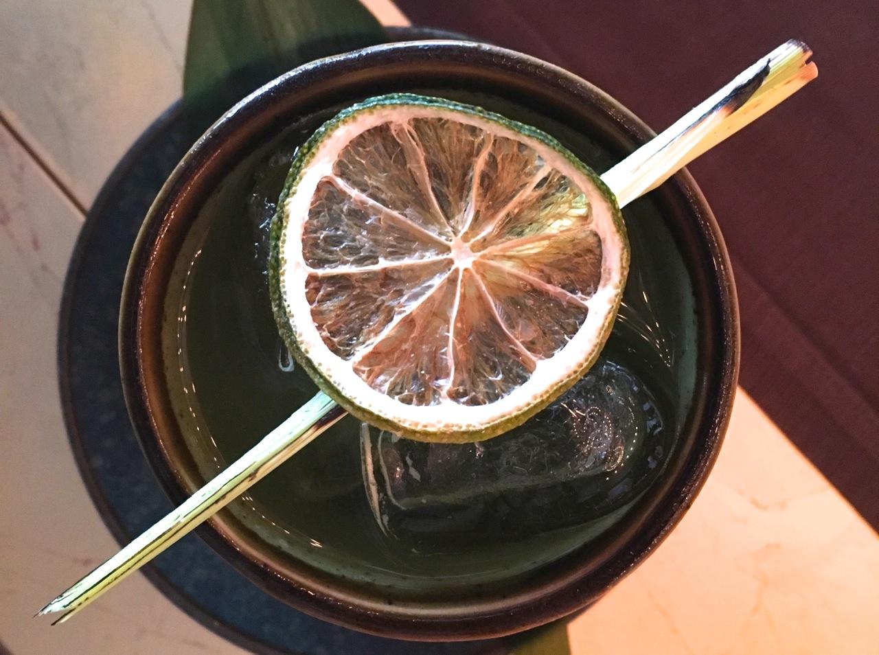 Cocktail al tè matcha di Izu Milano