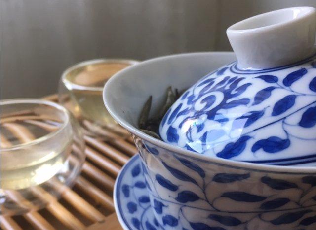 Il tè bianco Bai Hao Yin Zhen preparato con la gaiwan